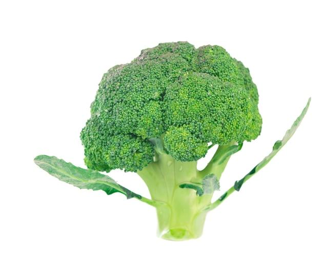 Gesunde ernährung lebensmittelkonzept - frischer grüner brokkoli isoliert auf weißer oberfläche