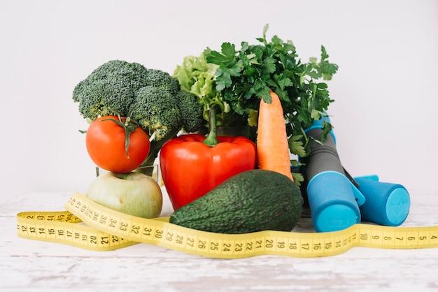 Gesunde ernährung und maßband