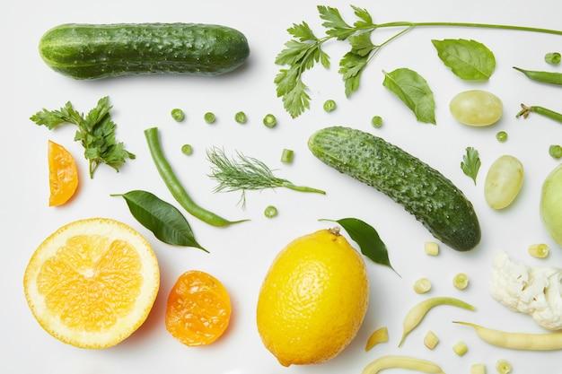 Gesunde ernährung und vegetarisches essen. gemüse und obst isoliert auf weißem tisch