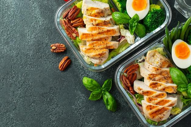 Gesunde essenszubereitungsbehälter mit hühnerbrust.