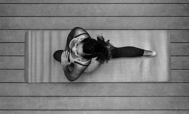 Gesunde frau, die yoga tut