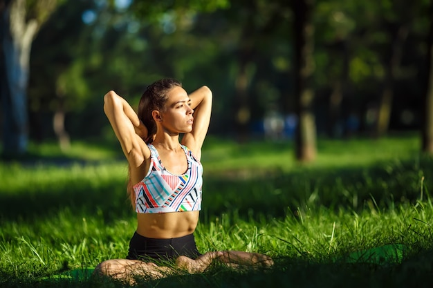 Gesunde frau lebensstil ausgewogen praktizieren meditieren und energie yoga