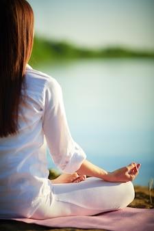 Gesunde frau yoga im lotussitz