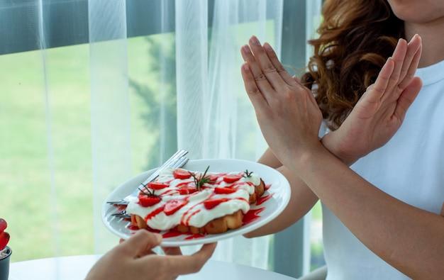 Gesunde frauen weigern sich, brot mit schlagsahne und käse zu essen