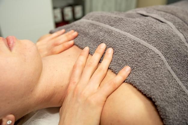 Gesunde frauenmassage des nackens. heilungskonzept