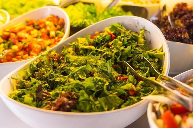 Gesunde frische salate am hotelbuffet
