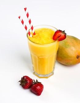 Gesunde frucht smoothie mit erdbeeren
