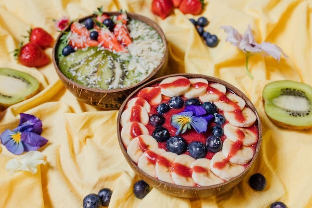 Gesunde fruchtdesserts inmitten von blumen