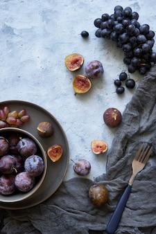 Gesunde früchte im sortiment in platten