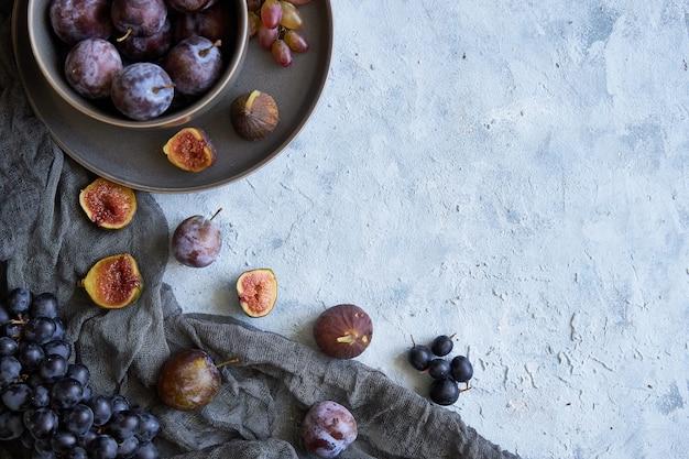 Gesunde früchte in tellern