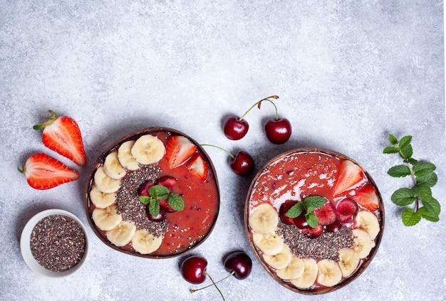 Gesunde frühstücksmoothieschüssel