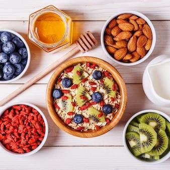 Gesunde frühstücksschale haferflocken mit frischem obst
