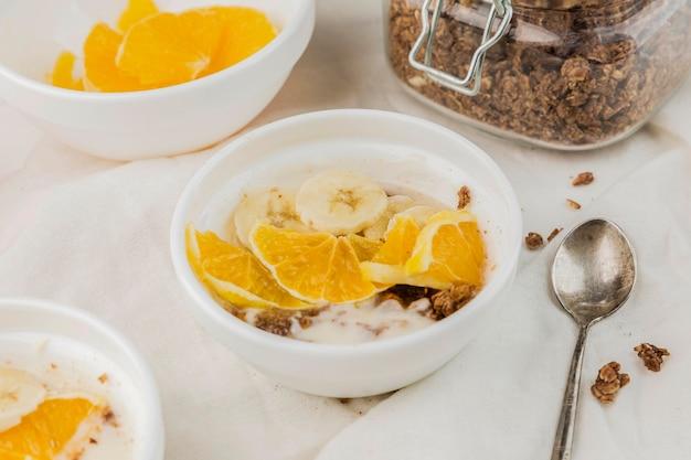Gesunde frühstücksschüssel der nahaufnahme mit orange
