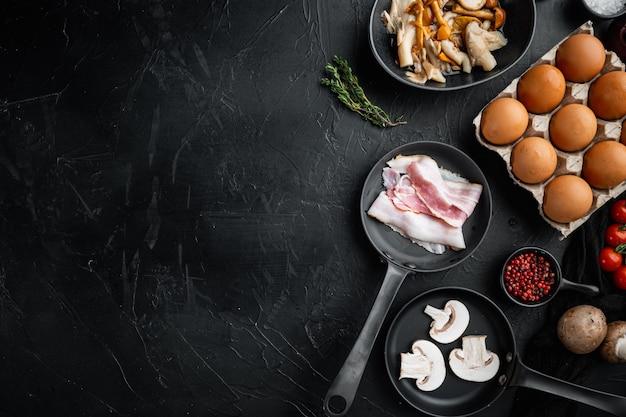 Gesunde frühstückszutaten für spiegeleier in gusseiserner pfanne, auf schwarzem hintergrund, draufsicht flach gelegt, mit platz für textkopyspace