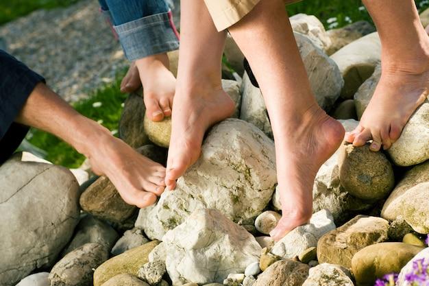 Gesunde füße - auf den steinen