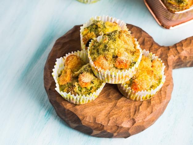 Gesunde gemüsemuffins mit karotten und brokkoli