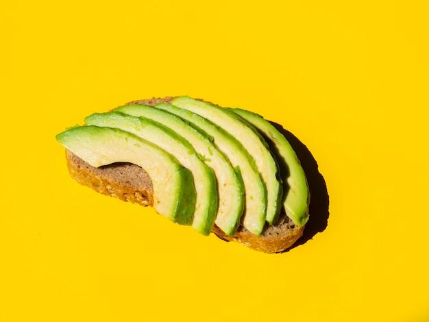 Gesunde geschnittene avocado auf einer brotscheibe