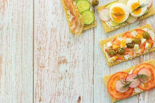 Gesunde, gesunde snacks auf holzhintergrund-draufsicht