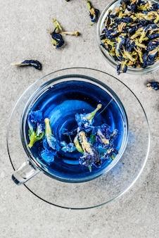 Gesunde getränke, organischer blauer schmetterlingserbsenblumentee mit kalken und zitronen
