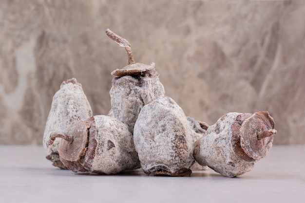 Gesunde getrocknete früchte auf weißem hintergrund. hochwertiges foto