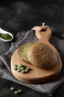 Gesunde glutenfreie frische spirulina-knospe für veganen burger