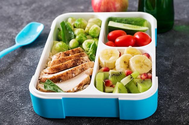 Gesunde grüne mahlzeitvorbereitungsbehälter mit gemüse und früchten