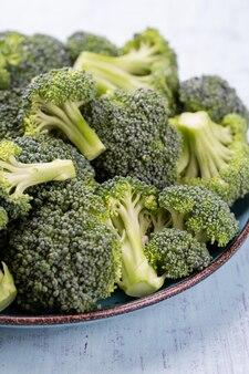 Gesunde grüne organische rohe brokkoliröschen, die zum kochen bereit sind