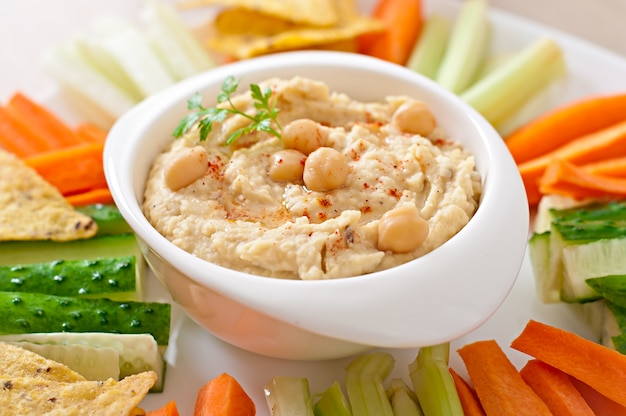 Gesunde hausgemachte hummus mit olivenöl und pita-chips
