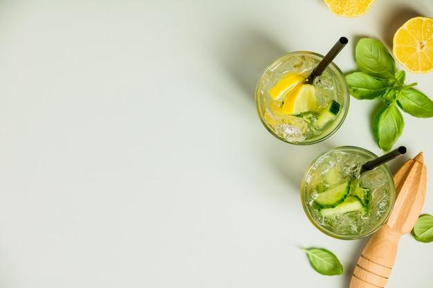 Gesunde hausgemachte limonade oder cocktail