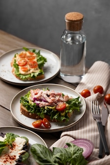 Gesunde high-angle-sandwiches mit salat