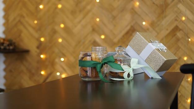 Gesunde kekse mit trockenfrüchten und nüssen in einem glas. weihnachtszeit