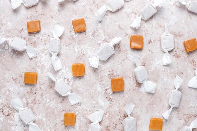 Gesunde köstliche hausgemachte karamellbonbons, draufsicht