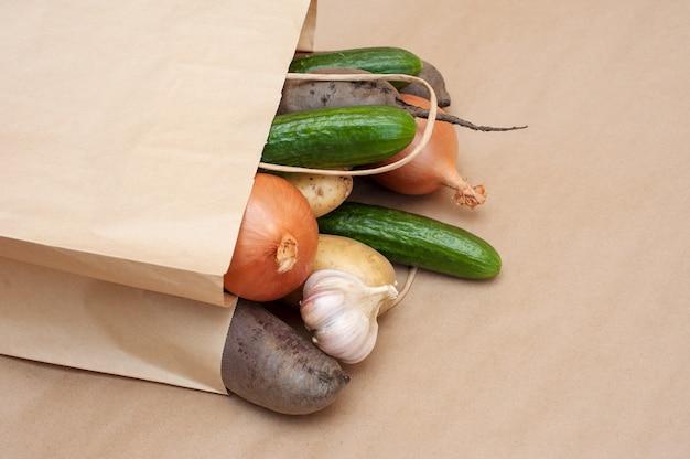 Gesunde lebensmittel papiertüte auf braun