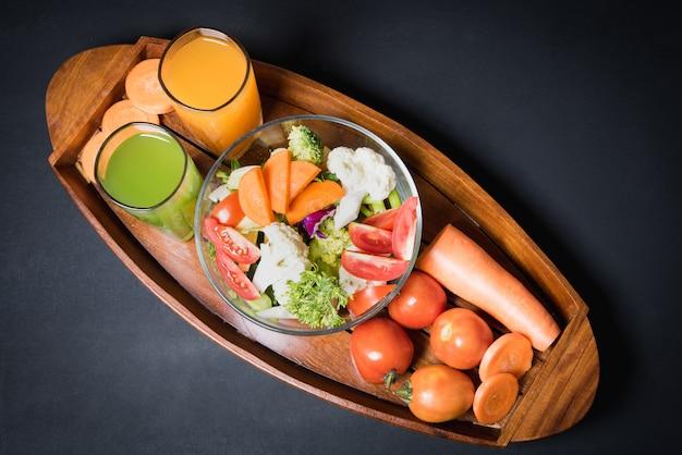 Gesunde lebensmittel sind auf dem tisch, frischgemüsesalat in einem glasbogen