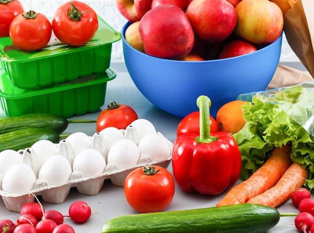 Gesunde lebensmittel stehen in der küche auf dem tisch