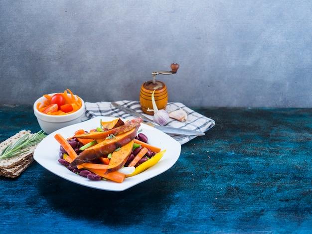 Gesunde lebensmittelzusammensetzung mit küchenwerkzeugen
