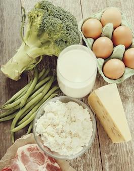 Gesunde lebensmittelzutaten auf rustikalem tisch