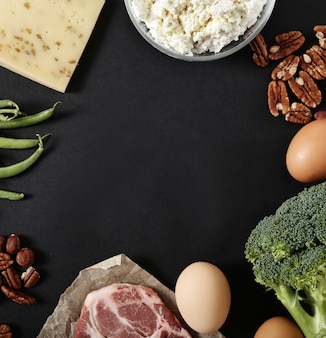 Gesunde lebensmittelzutaten auf schwarzem tisch