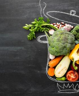 Gesunde lebensstilmahlzeit im kreidetopf
