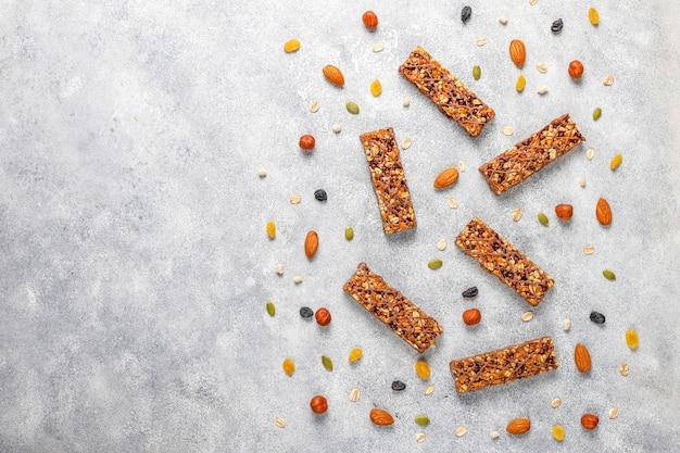 Gesunde leckere müsliriegel mit schokolade, müsliriegel mit nüssen und trockenen früchten, draufsicht