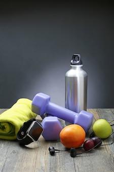 Gesunde lifestyle hantel smart uhr und obst