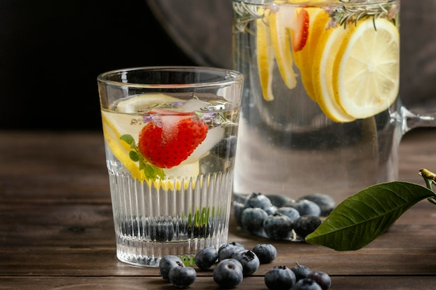 Gesunde limonade in glasanordnung