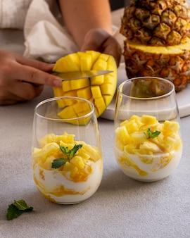 Gesunde mahlzeit mit joghurt und ananas im glas