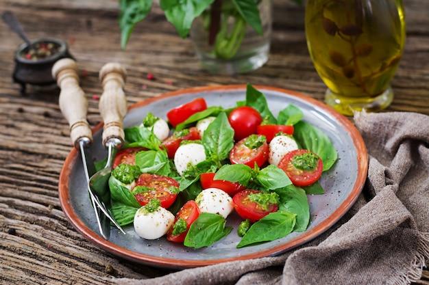 Gesunde mahlzeit mit kirschtomaten, mozzarellabällchen und basilikum.