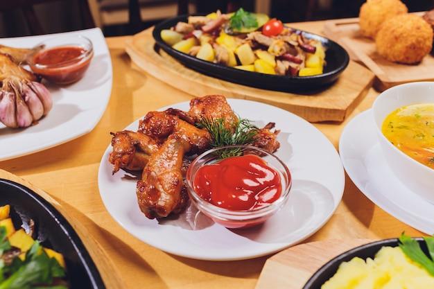 Gesunde mahlzeiten am gedienten festlichen tisch gedient