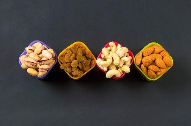 Gesunde mischung trockenfrüchte und nüsse im dunkeln
