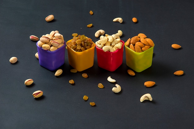Gesunde mischung trockenfrüchte und nüsse. mandeln, pistazien, cashewnüsse, rosinen