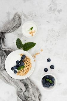 Gesunde morgennahrung nüsse und beeren