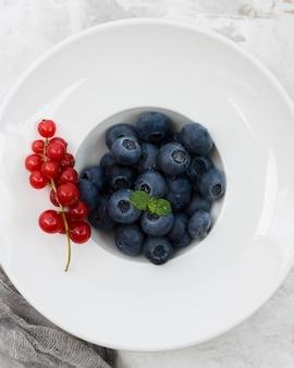 Gesunde morgennahrung preiselbeeren und blaubeeren draufsicht