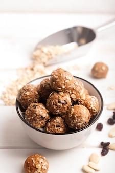 Gesunde müslikapseln aus bio-energie mit nüssen, kakao, hafer und rosinen - vegetarische süße bissen ohne zucker. nahaufnahme
